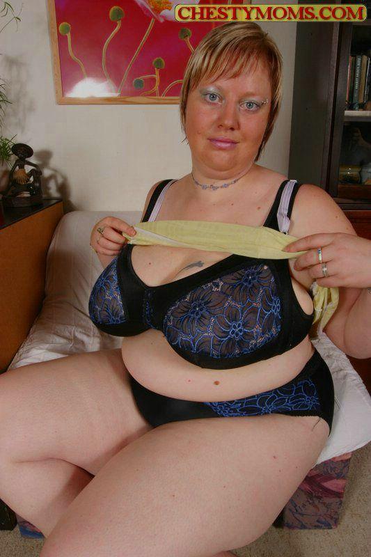 Грузная тетка с огромными буферами на снимках с самотыком