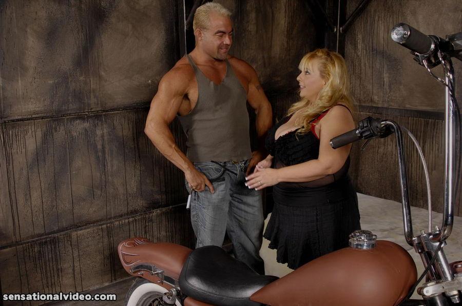 Байкер против жирной тети у себя в комнате