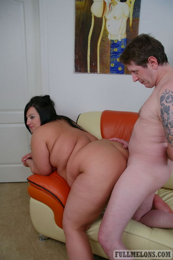 Мужик против пузатой туши на диване. Фото - 11