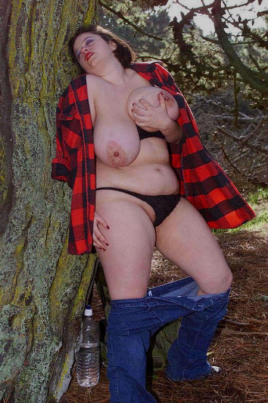 Жирная туристка показала интимные места в лесу. Фото - 10
