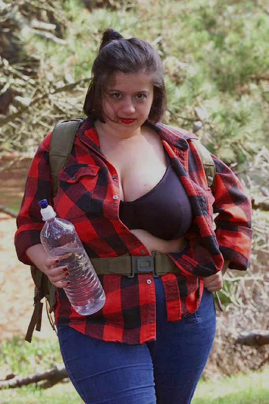 Жирная туристка показала интимные места в лесу. Фото - 2