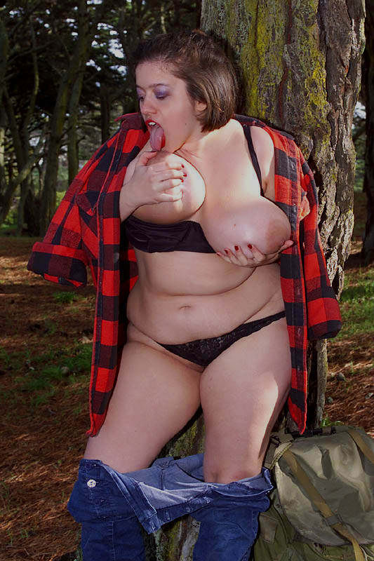 Жирная туристка показала интимные места в лесу. Фото - 4