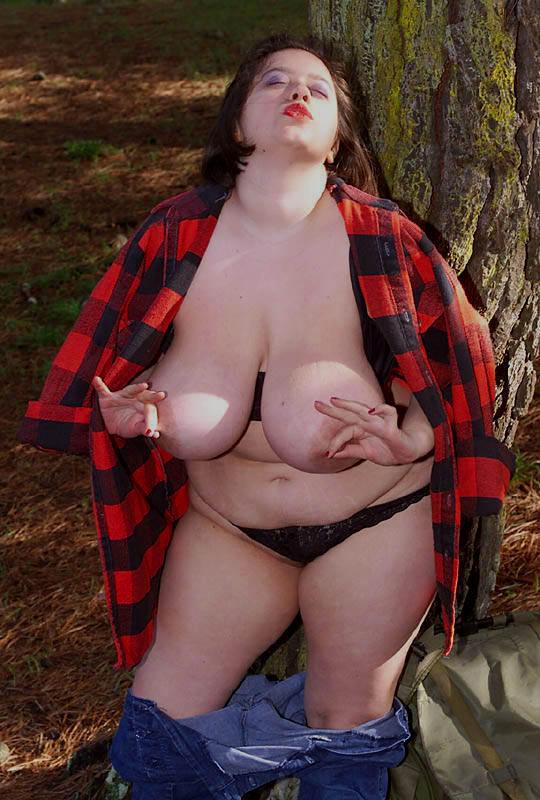Жирная туристка показала интимные места в лесу. Фото - 8