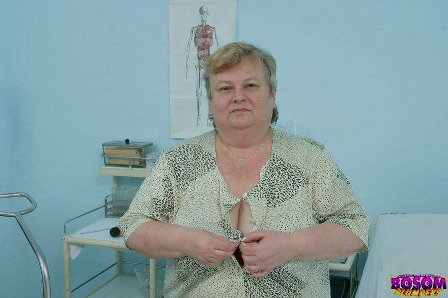 Жирная бабка голышом в процедурном кабинете. Фото - 1
