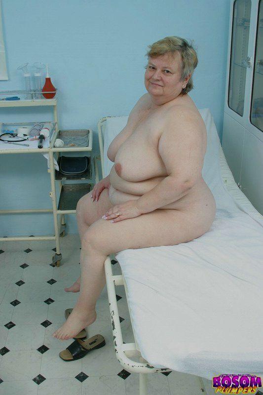 Жирная бабка голышом в процедурном кабинете. Фото - 14