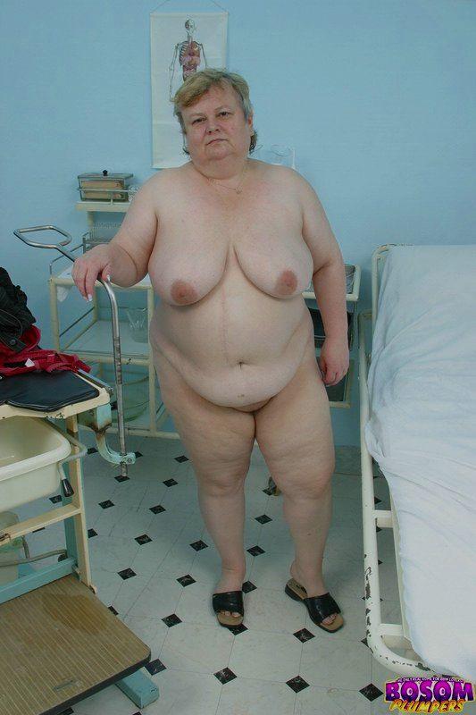 Жирная бабка голышом в процедурном кабинете. Фото - 15