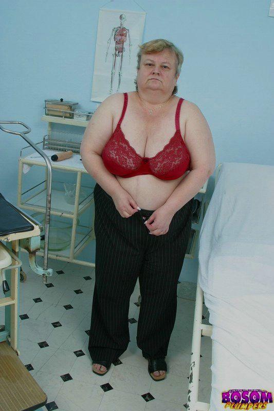 Жирная бабка голышом в процедурном кабинете. Фото - 3