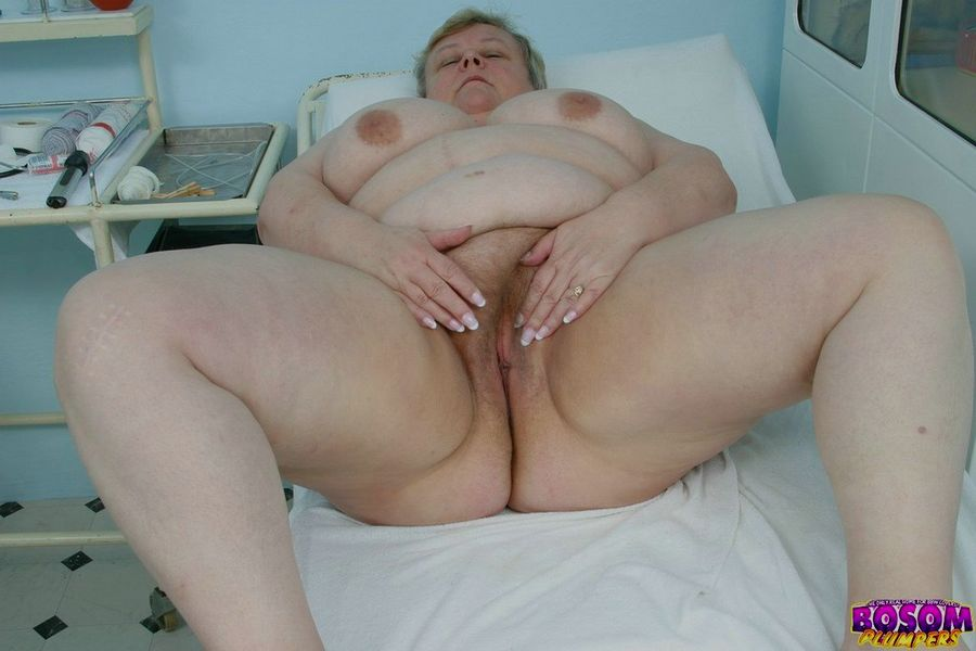 Жирная бабка голышом в процедурном кабинете. Фото - 7