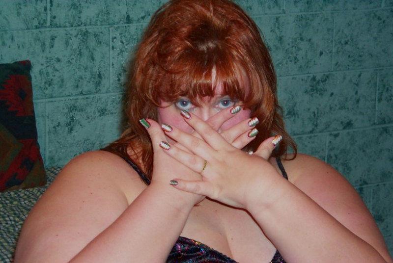 Рыжая жирдяйка показывает пиздищу и стертые ляжки. Фото - 2