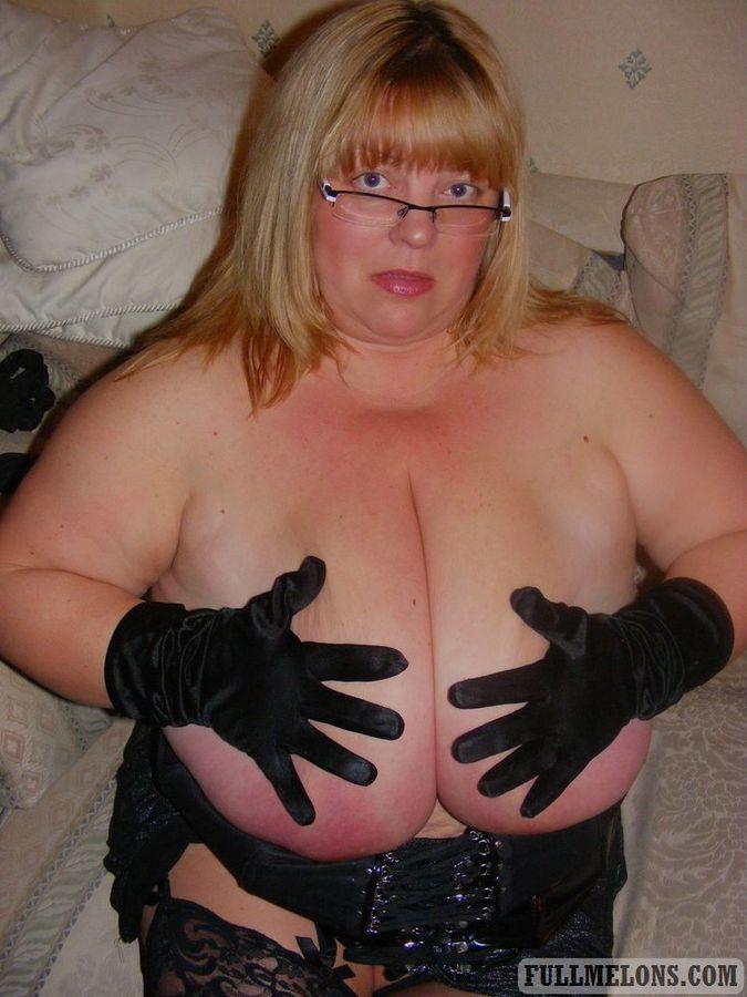 Игра толстухи в очках с огромными дойками. Фото - 2