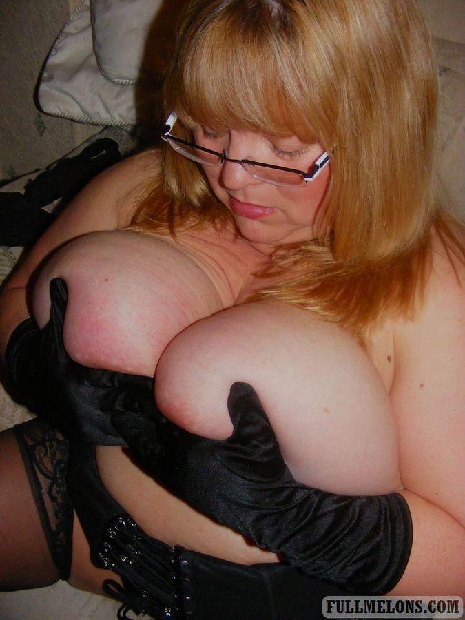 Игра толстухи в очках с огромными дойками. Фото - 5
