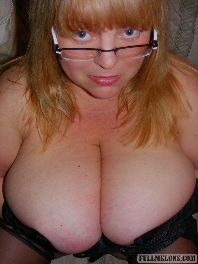 Игра толстухи в очках с огромными дойками. Фото - 6