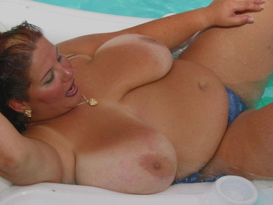 Пышногрудая толстуха плавает на надувном матрасе в бассейне. Фото - 12