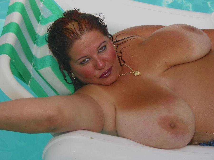 Пышногрудая толстуха плавает на надувном матрасе в бассейне. Фото - 15