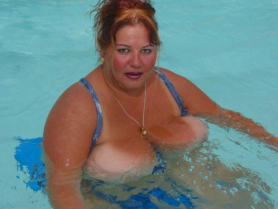 Пышногрудая толстуха плавает на надувном матрасе в бассейне. Фото - 3