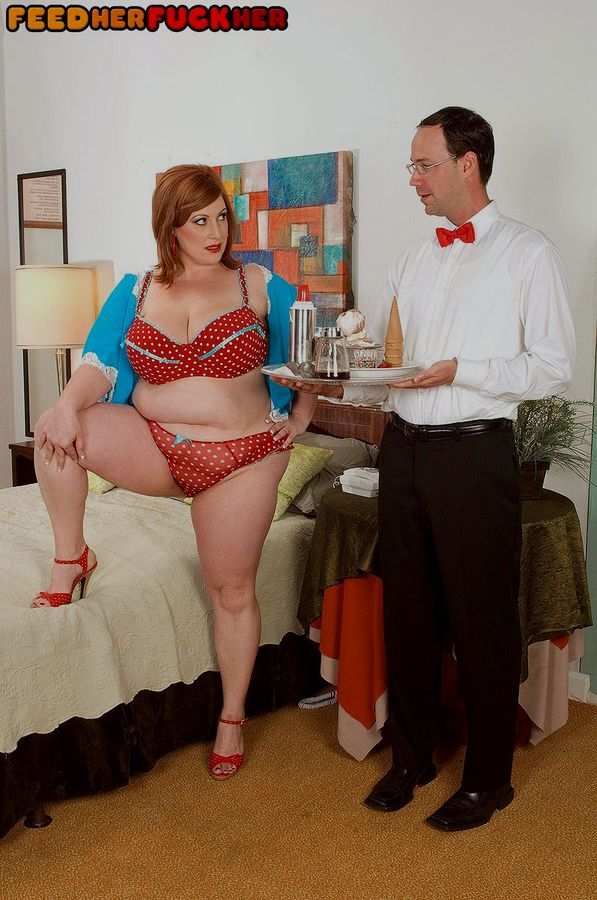Грузная рыжая дама трахнула очкастого официанта. Фото - 1