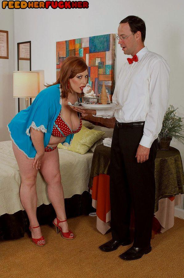 Грузная рыжая дама трахнула очкастого официанта. Фото - 2