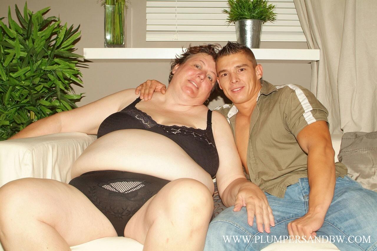 Молодой самец удовлетворяет бабищу с жирным пузом. Фото - 2