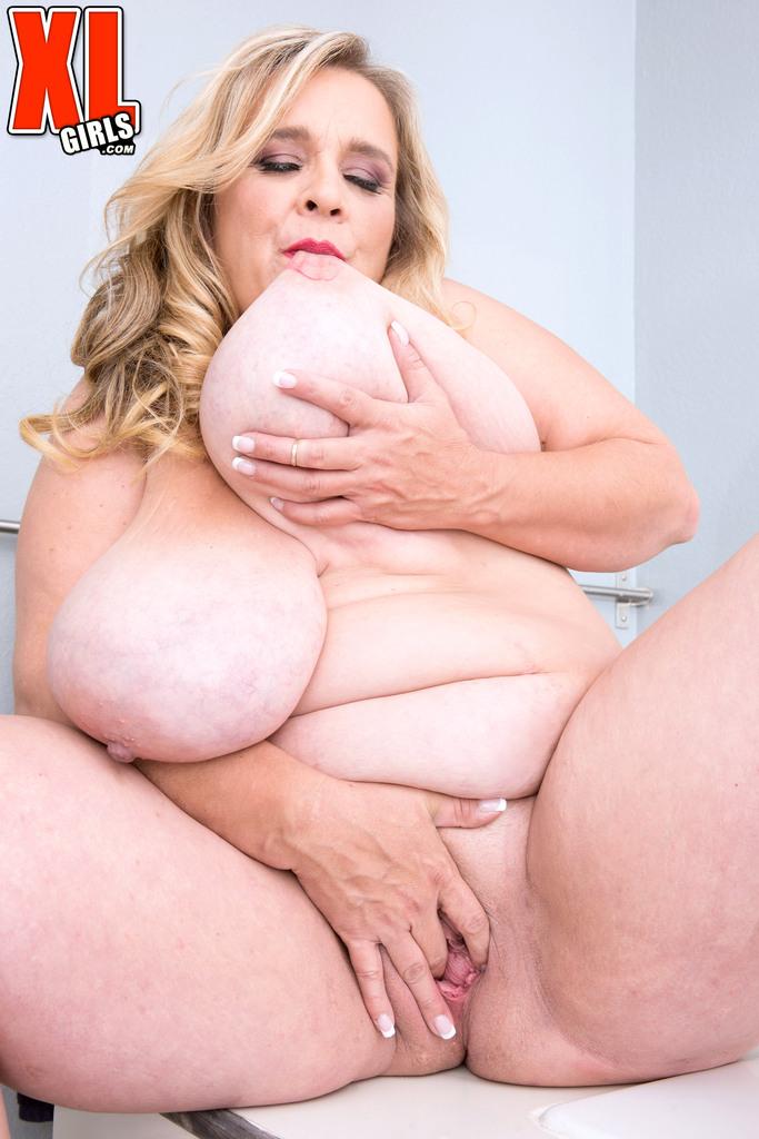 Дама в теле раздвигает пальцами голую пышную мандень. Фото - 10