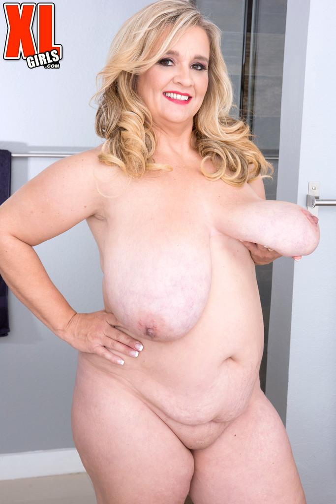 Дама в теле раздвигает пальцами голую пышную мандень. Фото - 8