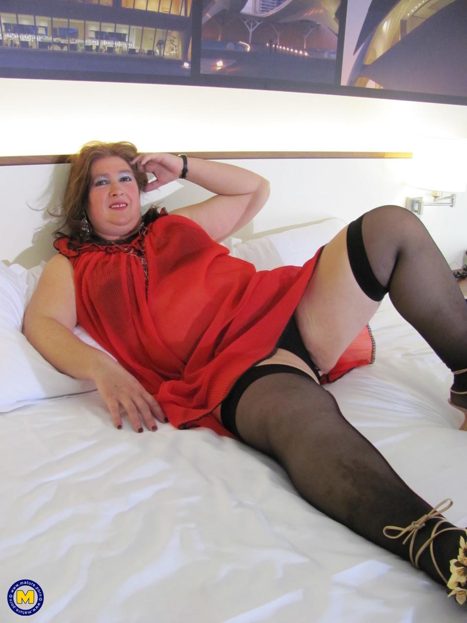 Толстая женщина занимается дрочкой. Фото - 1