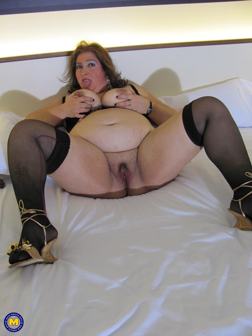 Толстая женщина занимается дрочкой. Фото - 10