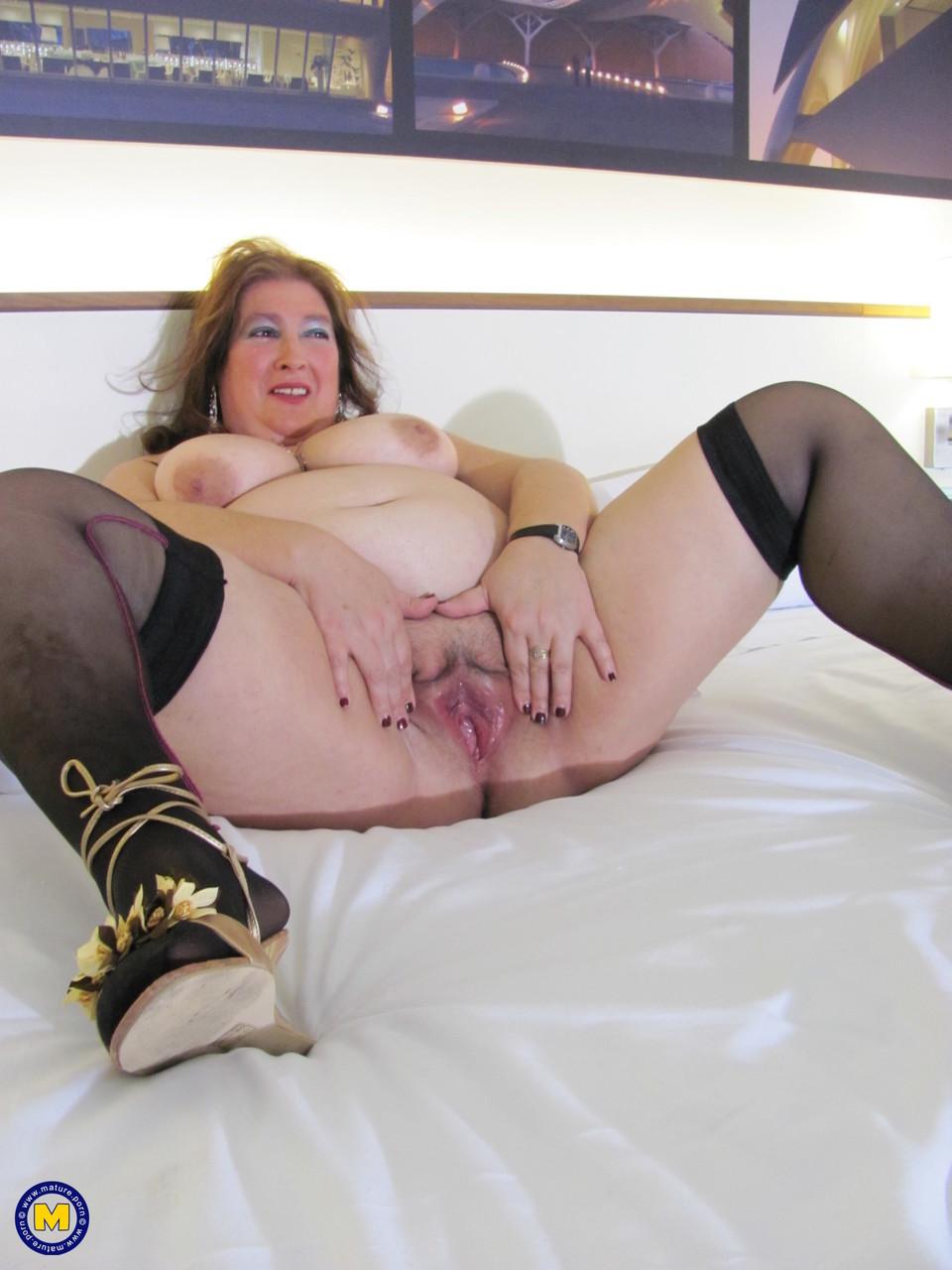 Толстая женщина занимается дрочкой. Фото - 11