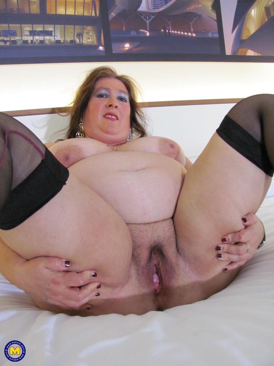 Толстая женщина занимается дрочкой. Фото - 12