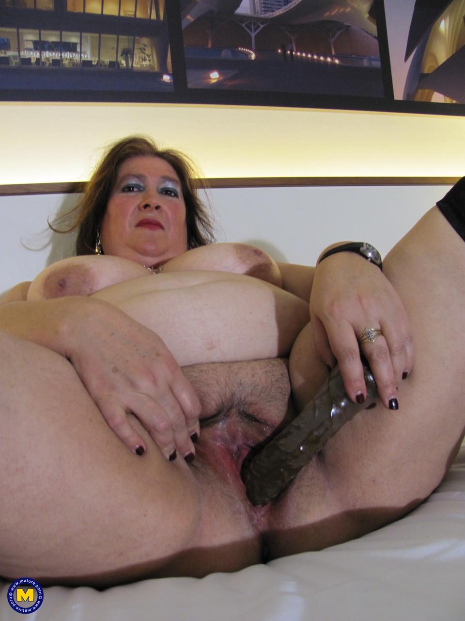 Толстая женщина занимается дрочкой. Фото - 13