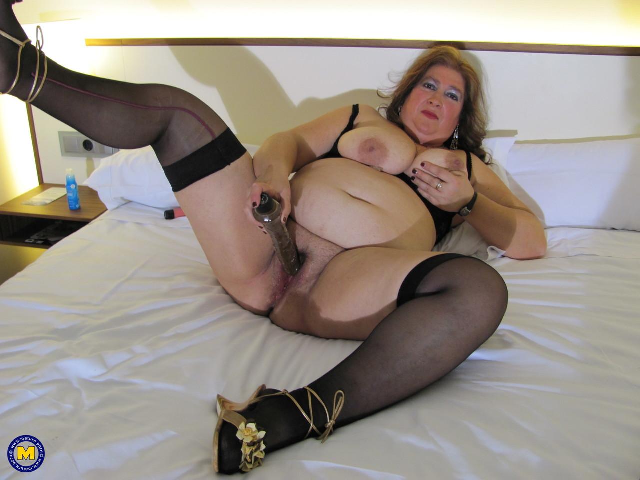 Толстая женщина занимается дрочкой. Фото - 15