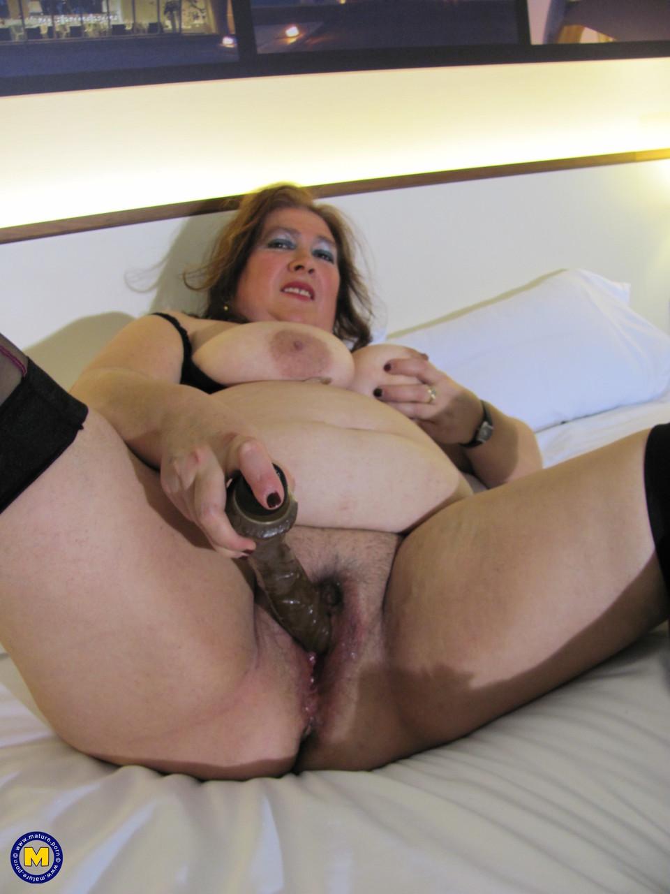 Толстая женщина занимается дрочкой. Фото - 16