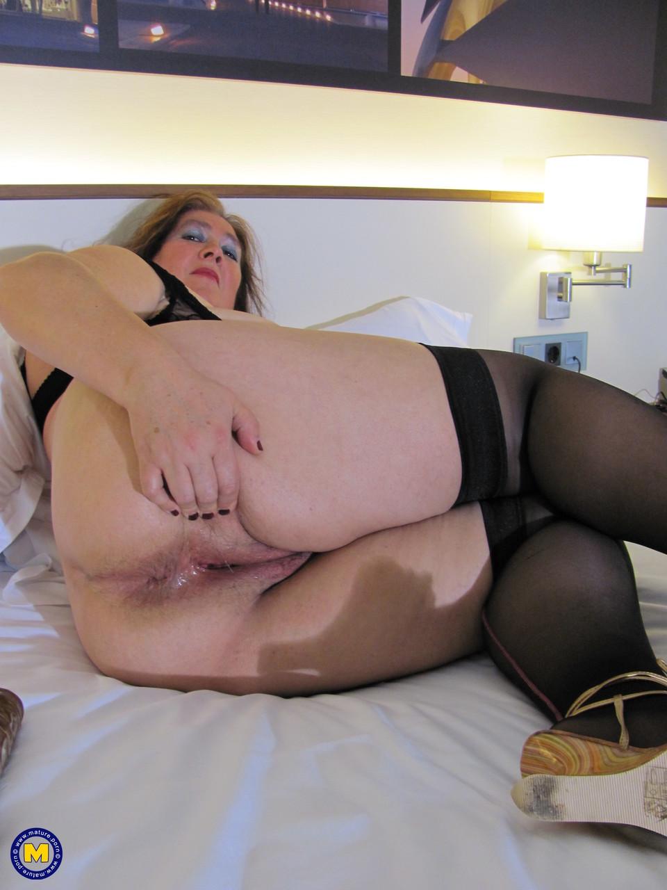 Толстая женщина занимается дрочкой. Фото - 17