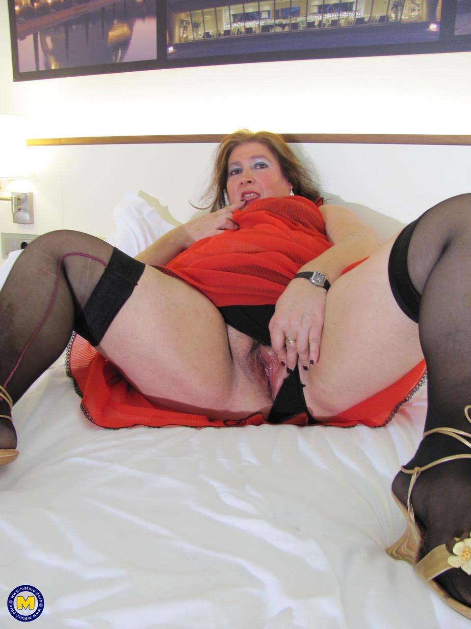 Толстая женщина занимается дрочкой. Фото - 3