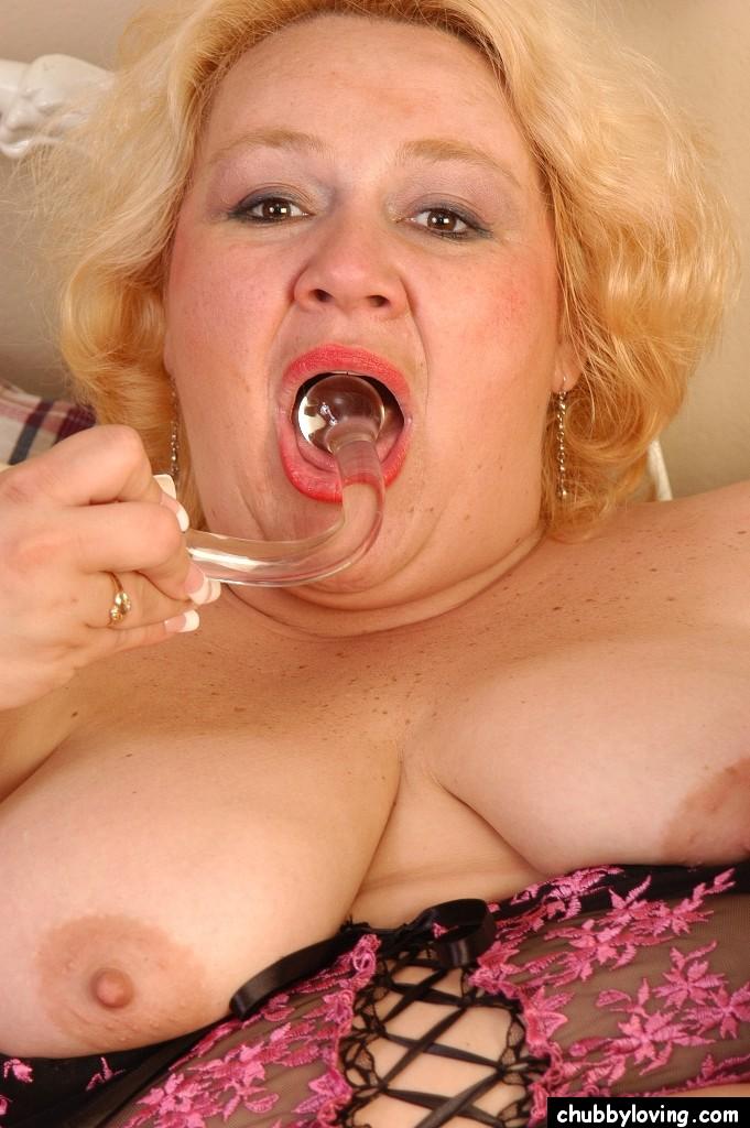 Грузная дамочка со стеклянным крюком для дрочки. Фото - 16