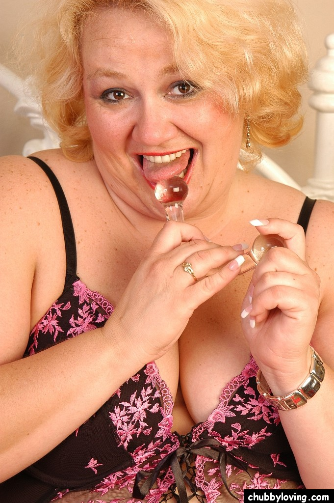 Грузная дамочка со стеклянным крюком для дрочки. Фото - 2