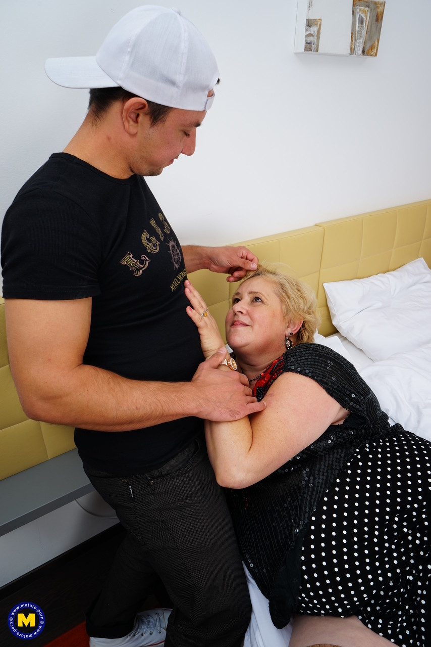 Ебалка молодого и бабуси с тучным пузом