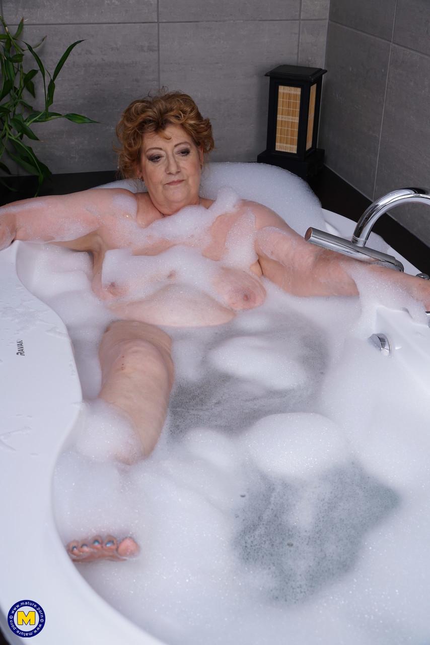 Жирная бабка занялась сексом с юношей после ванной
