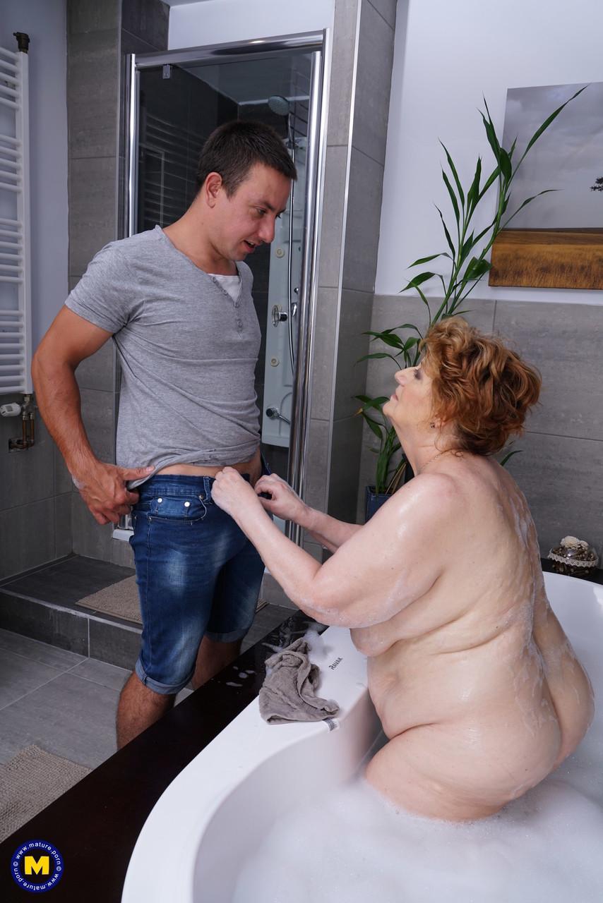 Жирная бабка занялась сексом с юношей после ванной. Фото - 7