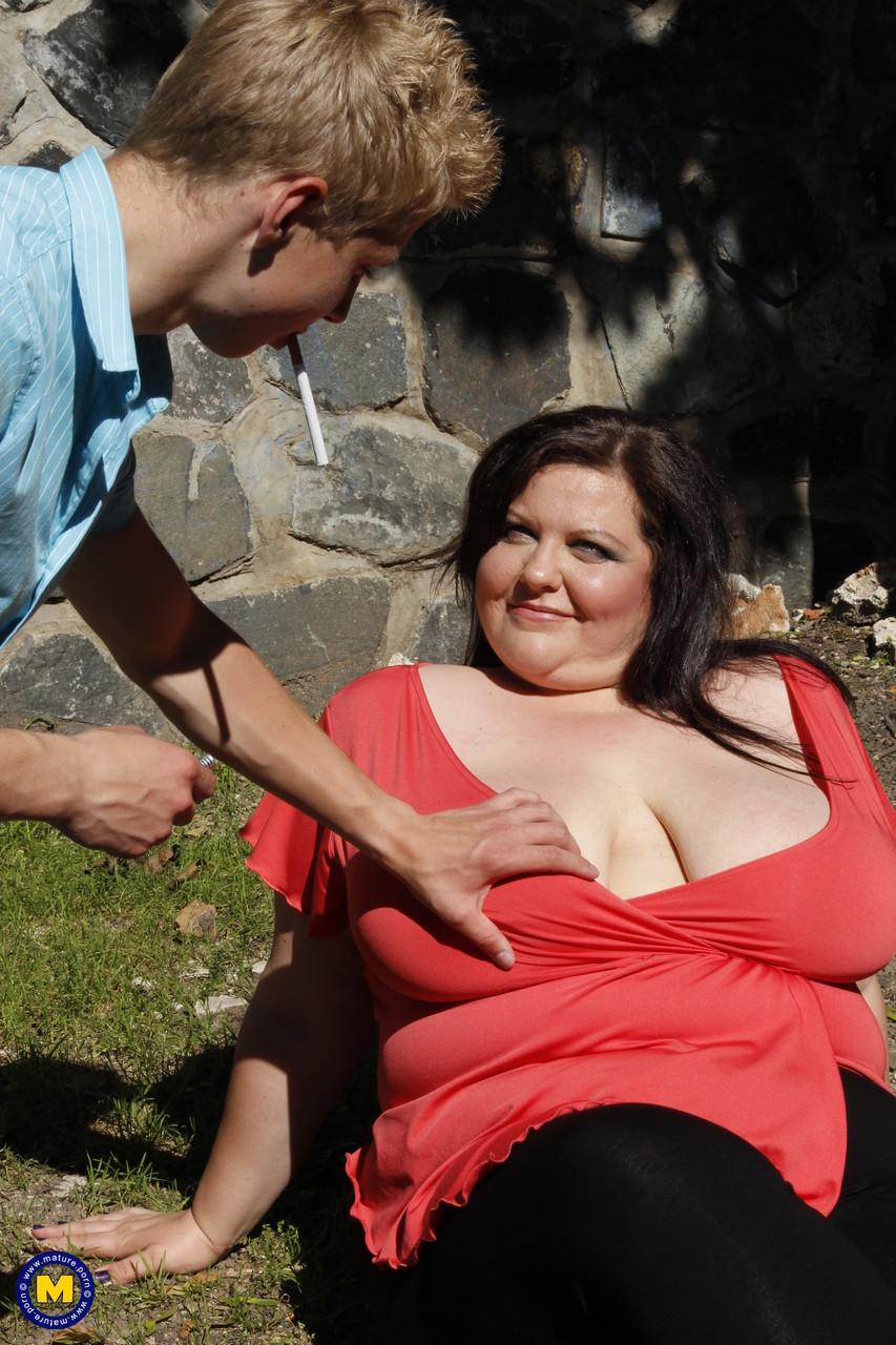 Чувак схватит толстушку за огромную сиську на улице и она согласна на все