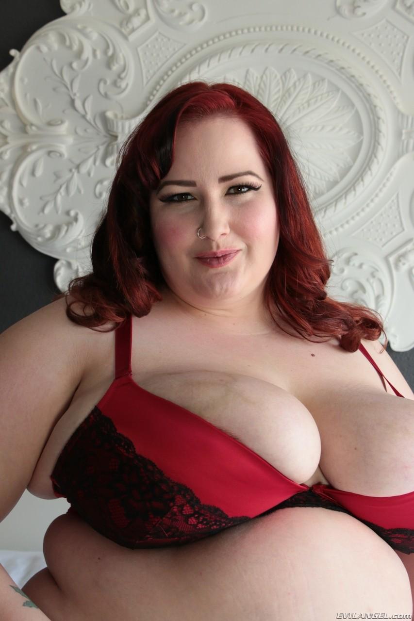 Постельная рыжая женщина с жирным пузом на фотках