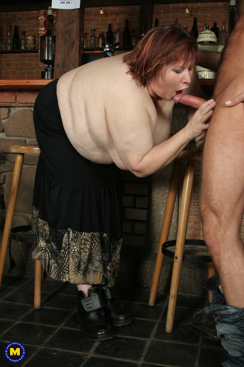 Молодчик присунул жирной зрелой бабе на столе в баре