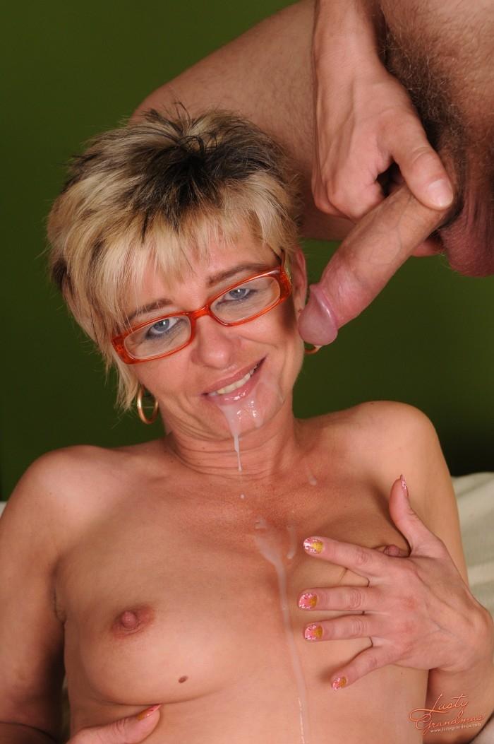 Две зрелые женщины и очкарик #3