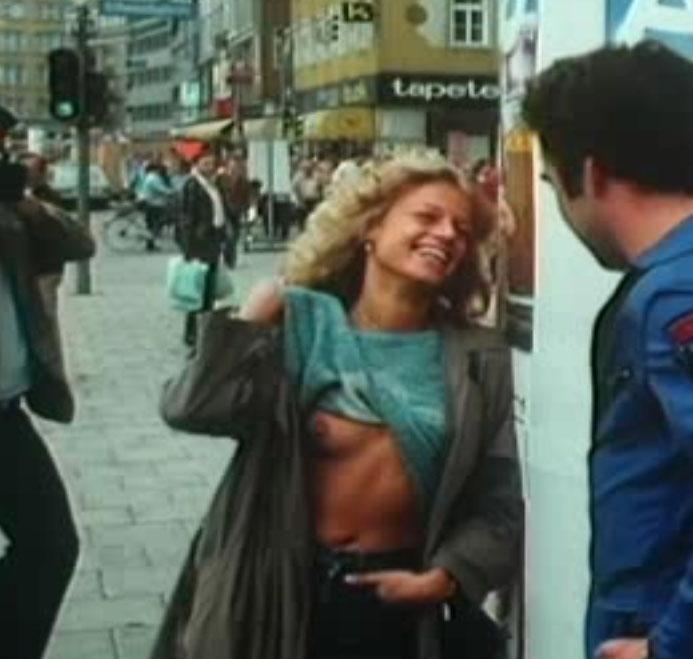 Sandra Atia erneut im Nackt-Outfit.