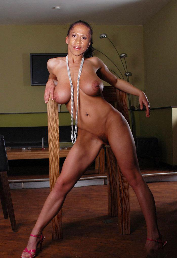 Елена Ханга голая. Фото - 1