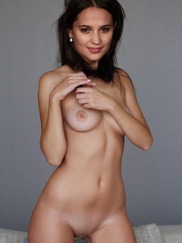 Alicia Vikander Nago. Zdjęcie - 1