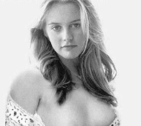 Alicia Silverstone desnuda muestra las tetas