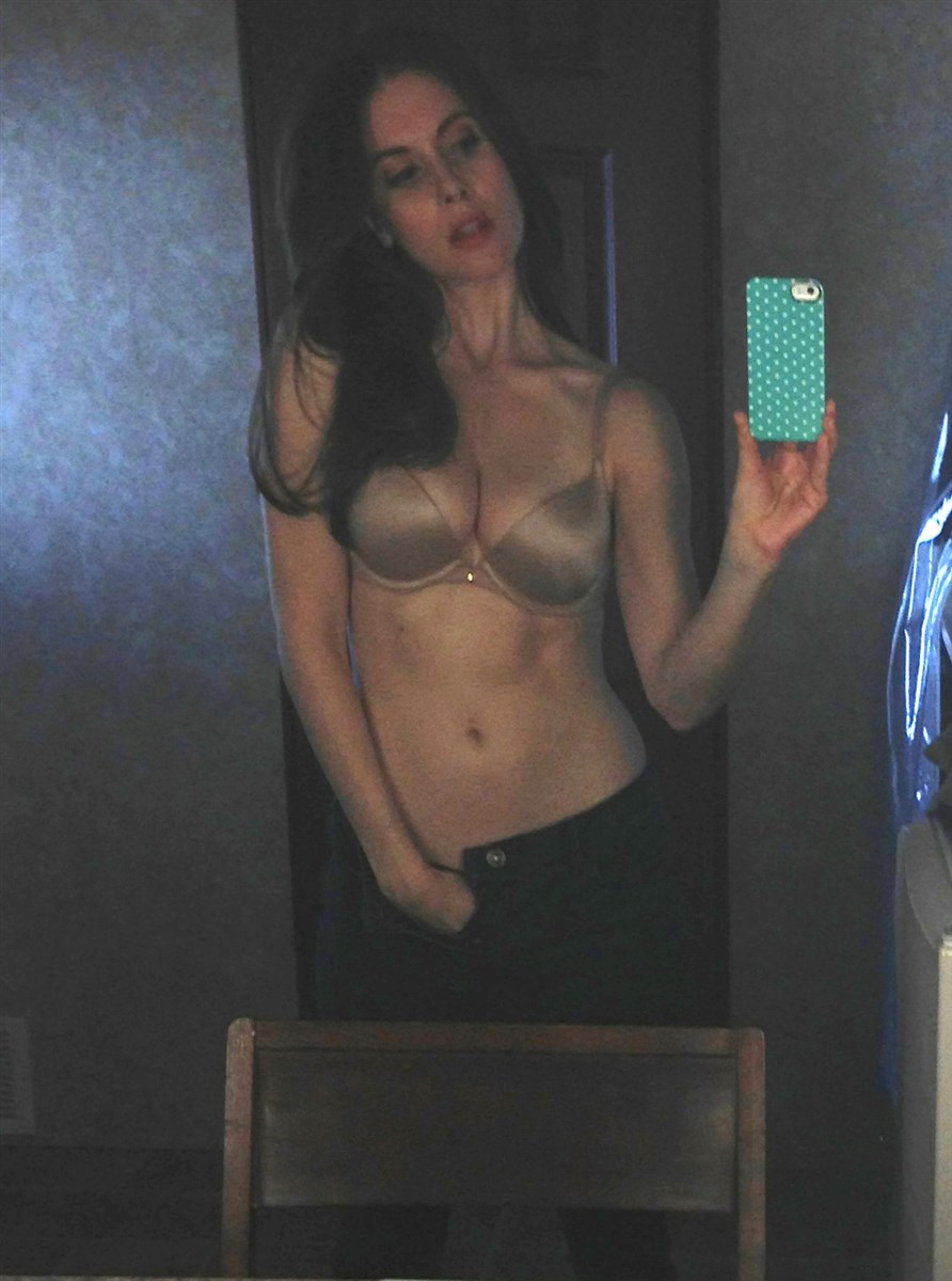Alison Brie Nude. Photo - 14
