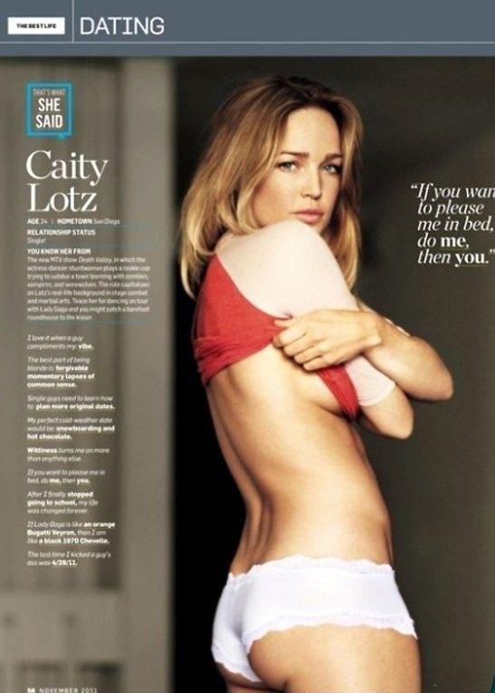 Caity Lotz sin ropa enseñando sus tetas