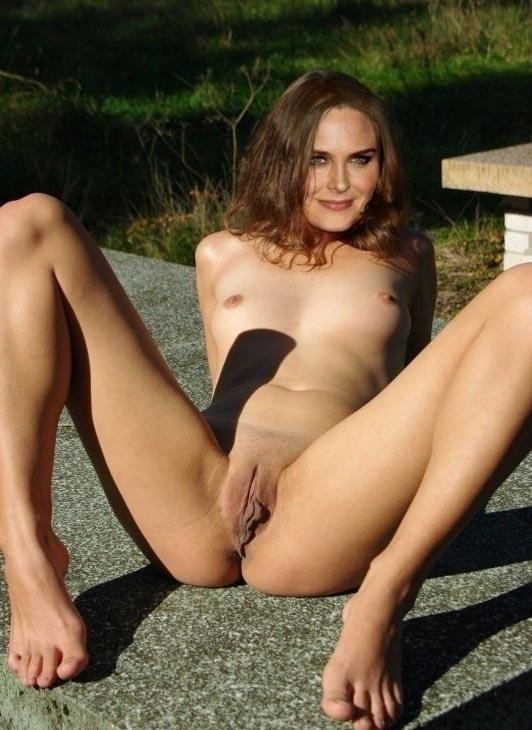 ¿Quieres ver las traviesas fotos de Emily Deschanel completamente filtradas de desnudos?