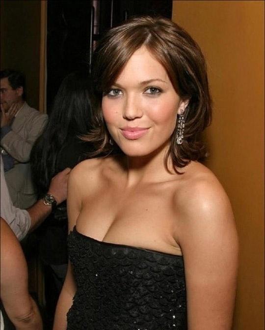 Mandy Moore desnuda y masturbándose
